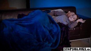 Eporner gatinha dando no sofá para o seu namorado