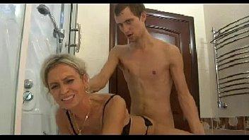 Mãe safada fazendo sexo com o seu filho no banheiro