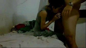 Novinha tirando a calcinha em vídeo amador e dando a sua xoxota