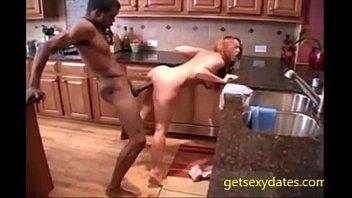 Ruiva fazendo sexo com negão na cozinha