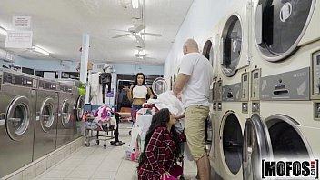 Sexo na lavanderia gostosa dando muito