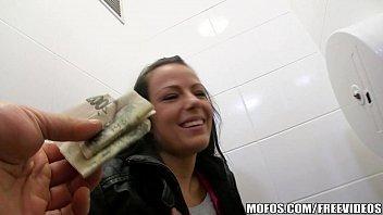 Sexo por dinheiro com essa safada dando no banheiro