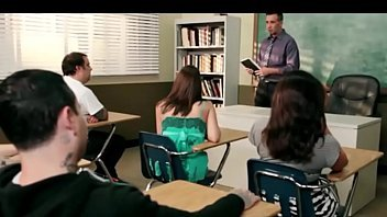 Aluna dando para o seu professor