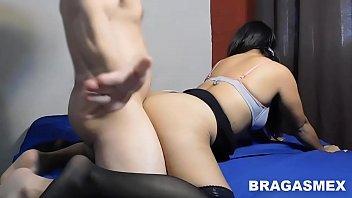 Casal amador fazendo sexo delicioso na cama com a puta dando de quatro