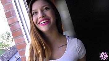 Garota inocente novinha dando feliz para o cara tarado