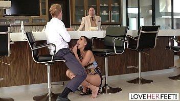 Mulher gostosa dando a sua buceta para o cara safado