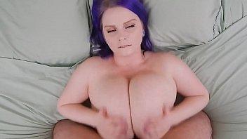 Mulher novinha com peitos bem grandes transando muito gostoso