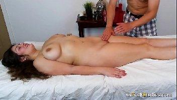 Mulher tímida dando a sua buceta para o cara tarado e safado