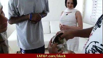 Negros safados comendo a coroa toda boa