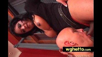 Travesti safada comendo o careca gay