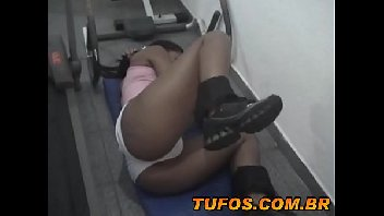 Gostosa bunduda fazendo sexo na academia