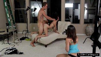 Mulher assiste sua amiga dando para o seu homem
