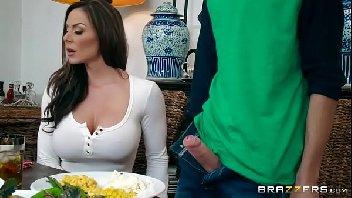 Garoto botou o pau pra fora e a mulher aproveitou para meter gostoso