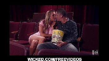 Gostosa trepando no cinema com o homem safado