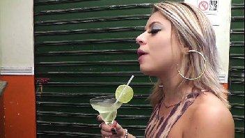 Pegando a loira bêbada no bar e comendo a buceta dela