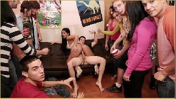 Festinha porno com taradas fodendo bastante