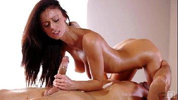Vídeo porno de massagem com gata deliciosa liberando a buceta