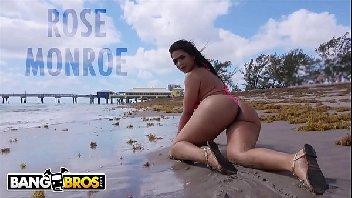Moreninha na praia metendo com vontade com o safado