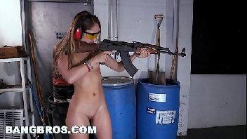 Novinha safada metendo com o seus instrutores de tiro