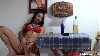 Morena gostosa se masturbando no bar
