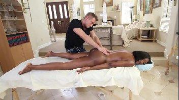Neguinha vadia dando para o massagista