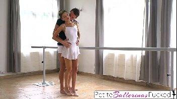 Bailarina safada fica nua para o seu professor e fode muito com ele