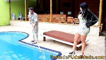 Morena com rabo enorme dando para o limpador de piscina