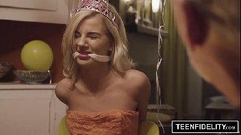 Princesinha loira foi amarrada e ganhou pica na sua xoxota