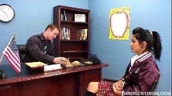 Professor aproveita o dia para comer a bucetinha de sua aluna deliciosa