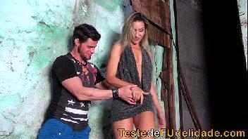 Gostosa subiu a favela pra chupar piroca
