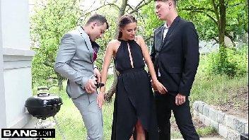 Magrinha de vestido preto transando com dois safados