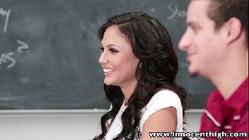 Na sala de aula a gostosa usou a pica do seu professor