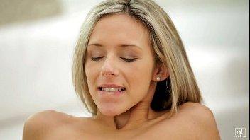 Vadia loirinha deliciosa transando pelada