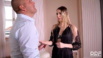 Sexo oral videos mulher pagando boquete em dois machos ao mesmo tempo