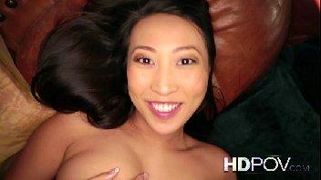 Porno gostosona asiática sorrindo enquanto dá a sua buceta